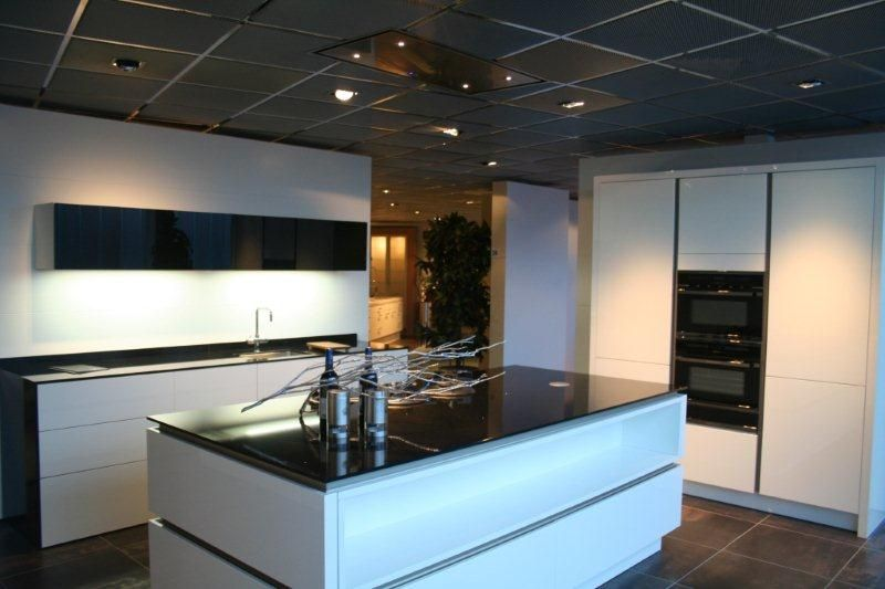 Het grootste keukenaanbod van nederland strakke witte eilandkeuken y31 - Witte keuken voorzien van gelakt ...