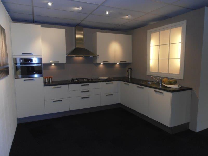 Het grootste keukenaanbod van nederland compacte hoekopstelling in vanille - Werkblad gelamineerd compact ...