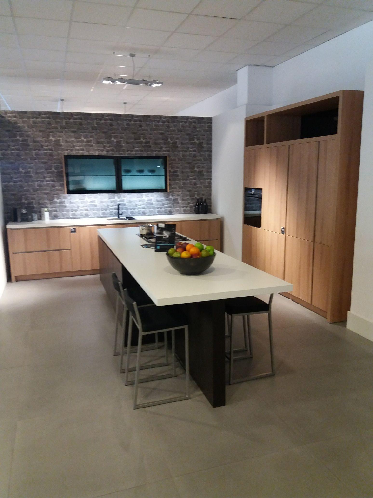Keukenstekoop Nl Het Grootste Keukenaanbod Van Nederland Houten Eilandkeuken Met Royaal Kookeiland Met Bar 57964